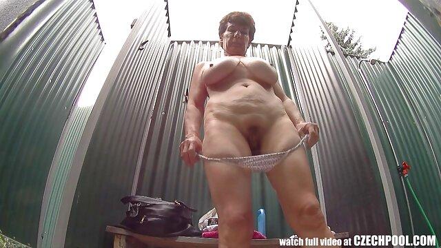 Abuelita obtiene su xxx audio español coño peludo relleno en la cocina