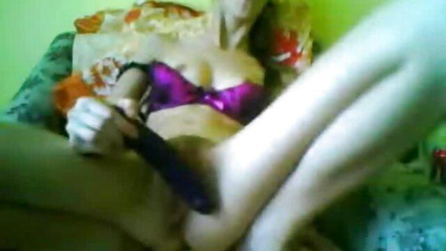 La milf latina Lucia está lista para jugar con pinzas para la peliculas xxx completas en hd ropa