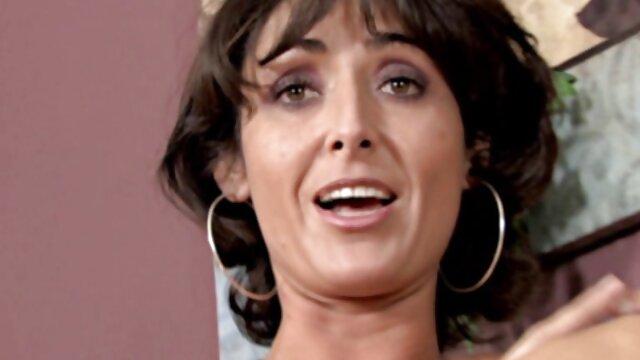 La caliente y pelicula familia xxx cachonda Quinn Wilde quiere sentir las grandes tetas de Lena Paul